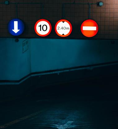 fluoreszierende Wirkung bei Schildern